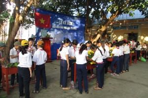 Các em học sinh thi cắm hoa tặng thầy cô nhân ngày 20/11